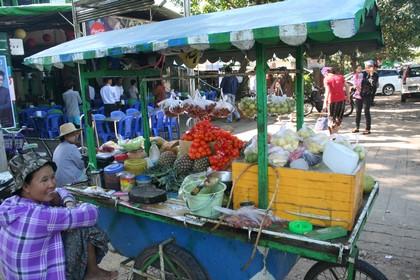 c20b7702d7bf6 Bunte Stände mit Obst und Gemüse